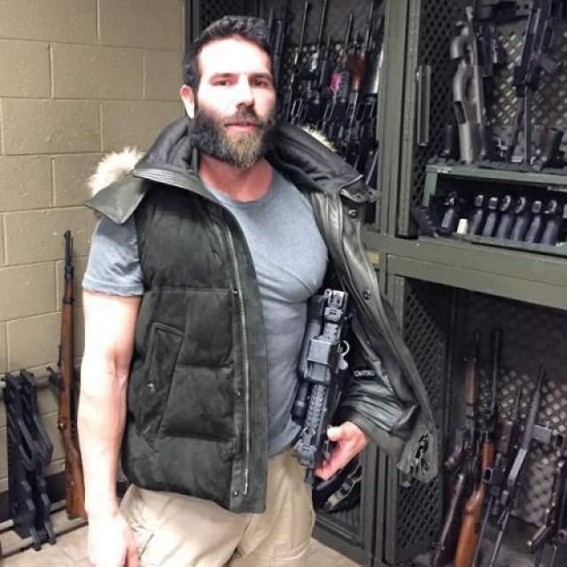 """Билзериан-младший отправился служить в ВМС США и начал проходить специальную подготовку в составе """"морских котиков"""". Последнее утверждение некоторые ветераны ВМС ставят под сомнение."""