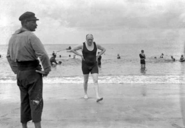 """""""Мы будем сражаться на пляжах"""" - такое название получила одна из наиболее знаменитых речей Черчилля периода Второй мировой. Великий премьер-министр Великобритании на морском берегу одевался по довоенной моде - в мужское купальное трико."""