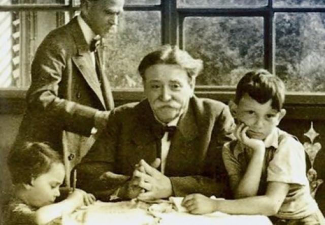"""Гитлер отличался благодарностью. Во времена его детства его семья не могла позволить себе услуги профессионального врача. Один еврейско-австрийский доктор никогда не брал денег с них за медицинские услуги. После прихода Адольфа к власти, врач пользовался """"вечной благодарностью"""", был освобожден из концлагеря и получил звание """"благородного еврея""""."""
