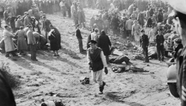 Обломки самолета, словно гигантская шрапнель, изрешетили плотно стоявшую толпу. Джон Дерри и летчик-наблюдатель Тони Ричардс погибли в момент удара о землю.