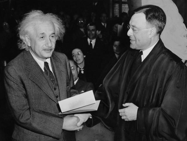 В архивах Нобелевского комитета сохранилось около 60 номинаций Эйнштейна в связи с формулировкой теории относительности; его кандидатура неизменно выдвигалась ежегодно с 1910 по 1922 годы (кроме 1911-го и 1915-го).
