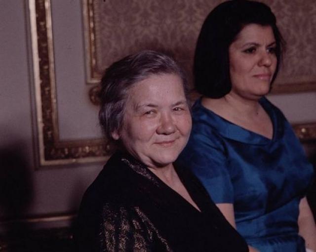 """Кухарчук говорила на английском, французском, польском языках и разбиралась в вопросах экономики, но жители СССР не воспринимали ее всерьез, считая ее """"деревенщиной"""", которая зачем-то таскается за мужем."""