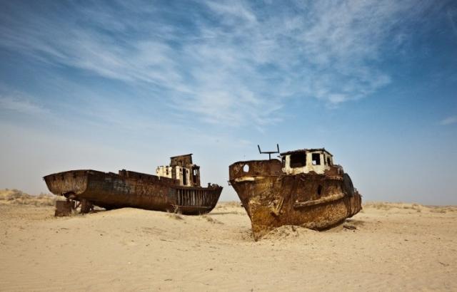 Муйнак, Узбекистан. Бывший портовый город на Аральском море. Из-за строительства оросительных каналов часть моря обмелела: еще в середине 1990-х годов вода находилась на расстоянии 45 км от города.