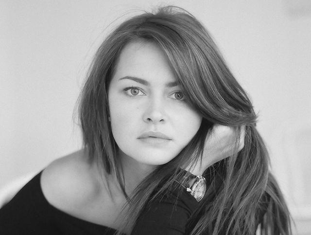 """Любовь окончила театральное училище, снимается в кино. Она из самых известных ролей – лейтенант Огурцова в сериале """"Час Волкова""""."""