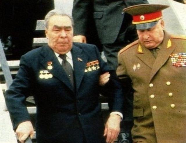 Кроме того, за свою жизнь Брежнев перенес несколько инфарктов и инсультов. Состояние его здоровья не было секретом для народа, поскольку люди часто видели его по телевидению.