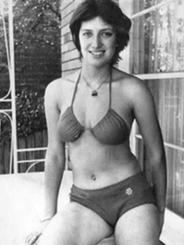 На Лилю открыли настоящую охоту работники советского консульства, но местные репортеры обнаружили ее первой и спрятали в обмен на эксклюзивные интервью и фото в бикини.