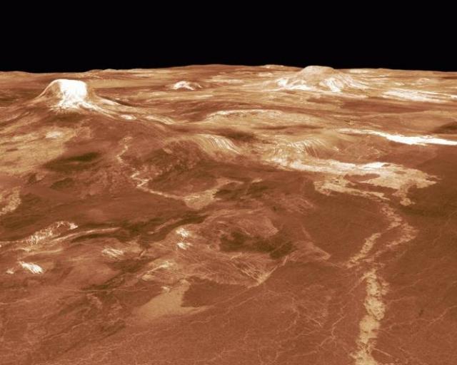 В 1950-х годах с помощью радиотелескопов было установлено, что атмосфера Венеры имеет огромную плотность: в 50 раз больше, чем у поверхности Земли, а это значит, что атмосферное давление у поверхности Венеры в 90 раз больше земного.