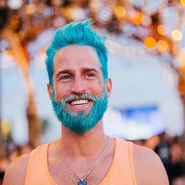 """15. Тенденция среди парней, в рамках которой они красили волосы в """"морские"""" цвета"""