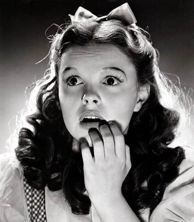 """Джуди Гарленд. """"Всегда будь лучшим вариантом самого себя, а не второсортной копией кого-то другого"""". 22 июня 1969 года Джуди Гарленд, исполнительница роли Дороти в фильме """"Волшебник страны Оз"""" была найдена мертвой в ванной в арендованной квартире в Челси. Причиной смерти стала передозировка барбитуратов."""