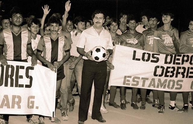 Чтобы заручиться поддержкой населения, Эскобар развернул в Медельине широкое строительство. Он прокладывал дороги, строил стадионы и возводил бесплатные дома для бедных, которые в народе называли «кварталы Пабло Эскобара». Сам он объяснял свою благотворительность тем, что ему было больно видеть, как бедные страдают. Эскобар пытался представить себя колумбийским Робином Гудом.