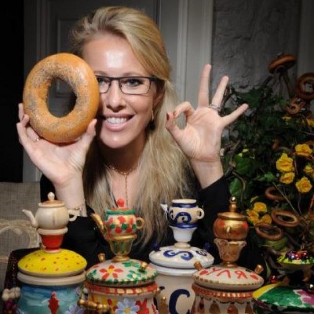 """Общепитом занимается и Ксения Собчак - она владеет собственным кафе """"Бублик""""."""