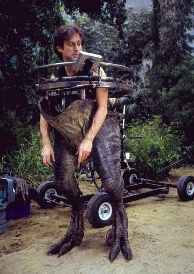 Парк Юрского периода lll Художник по спецэффектам Джоэн Розенгрант тестирует половину костюма динозавра.