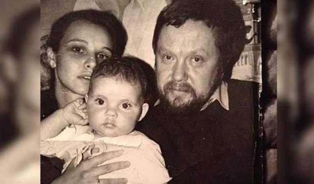 """В браке родилась дочь Анна, которая стала актрисой и композитором, написала музыку в том числе для """"Анны Карениной"""". В 1989 году супруги развелись. Несмотря на штамп о разводе, Соловьев и по сей день утверждает, что они с Татьяной по-прежнему вместе."""