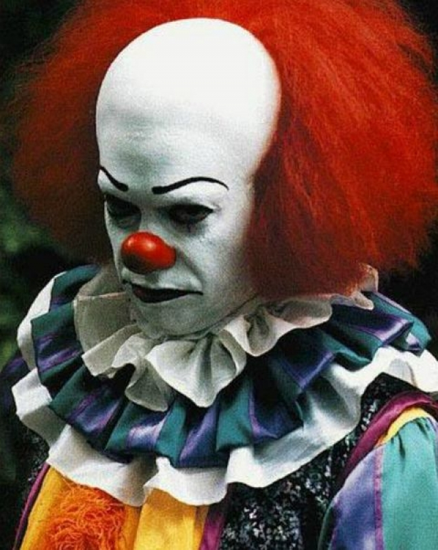 """Клоун Пеннивайз из экранизации романа Стивена Кинга """"Оно""""."""