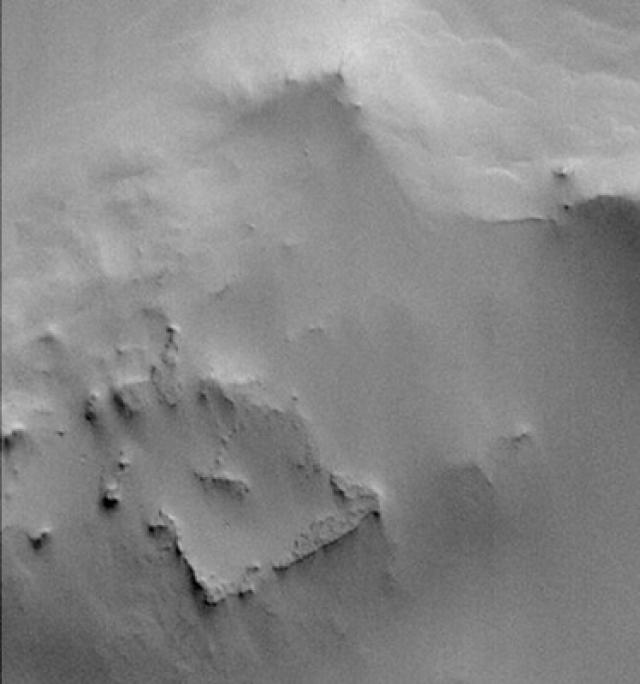 Вот еще снимки поверхности Луны, на которых запечатлены сооружения интересной формы.
