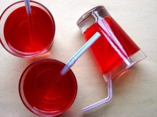 Стакан сока Вот только выпить такой сок не получится. Потому что он сделан из желе.