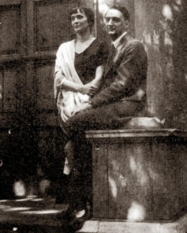 Когда Ахматова лечилась от туберкулеза, ее постоянно навещал Николай Николаевич Пунин, историк и искусствовед. Почти через год Ахматова согласилась переехать к нему в Фонтанный дом.