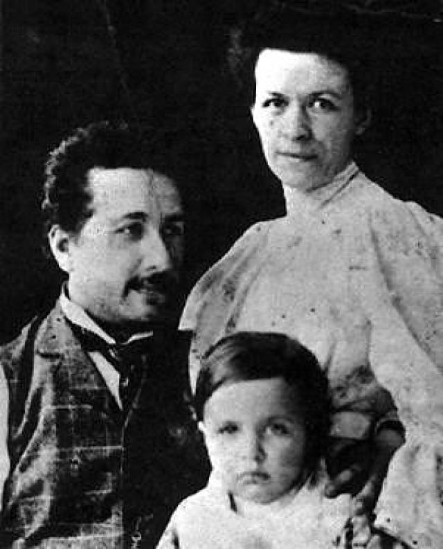 Также Эйнштейн налагал вето на супружеский долг. Милева не должна была ждать от мужа интимной близости и/или упрекать его в том, что у них нет секса. Ей предстояло смириться с тем, что отныне ее супруг не должен сидеть с ней дома или путешествовать, а также расстаться с иллюзиями по поводу того, кто в доме хозяин.