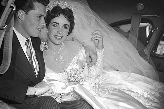 Элизабет Тейлор, 1932-2011. Звезда, едва справив 18-летие, сочеталась браком с Конрадом Хилтоном-младшим - это было в 1950 году. Но уже на будущий год пара развелась.