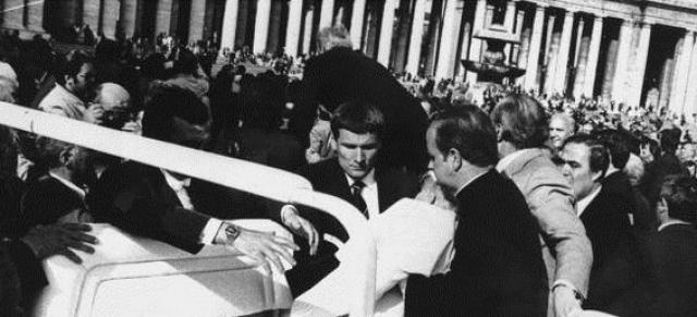 Обычно машина Папы добиралась до клиники минут за двадцать пять, а то и больше, но сейчас он был доставлен туда за восемь. В течение всей поездки Папа находился в сознании, тихо повторяя пересохшими губами короткие молитвы.