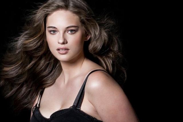 Слава пришла к девушке после того, как она снялась в рекламной кампании H & M и Marina Rinaldi.