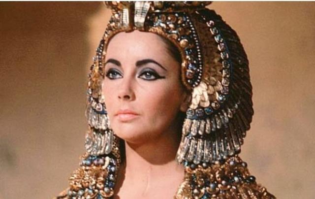 Еще в 60-х актриса заболела азиатской лихорадкой и впала в кому. Трахеотомия спасла ей жизнь.