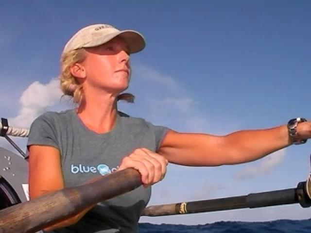 Роз Саваж - первая женщина, преодолевшая Тихий океан с помощью все лишь лодки и весел. Ее кругосветное плавание состояло из трех этапов, в каждом из которых барышне приходилось преодолевать свыше трех тысяч километров. Роз понадобилось 2 года, чтобы совершить такое путешествие (2008-2010).