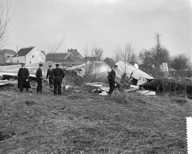 """Новый """"Боинг-707"""" на день катастрофы налетал всего 3038 часов. Но причиной падения стала не авария - борт по неизвестным по сей день причинам не смог приземлиться в бельгийской столице с первой попытки. Пилоты пошли на второй круг, но затем лайнер ушел в пике и упал в болото рядом с аэропортом."""