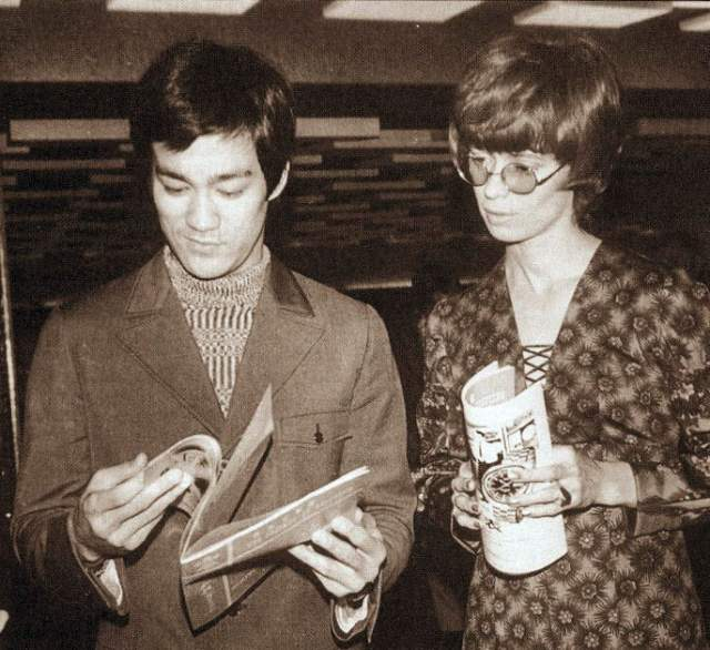 Линда Эмери, вдова Брюса Ли, 73 года. В 1973 году актер погиб во время съемок, и Линда осталась одна с сыном и дочерью. Еще дважды она выходила замуж, став Линдой Кэдвелл.