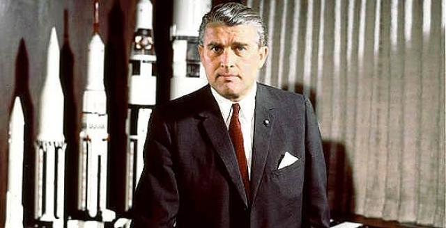 """С 1960 года фон Браун стал членом NASA, а позже директором центра космических полетов. Он же - руководитель разработки ракетоносителей серии """"Сатурн"""" и космических кораблей серии """"Аполлон""""."""