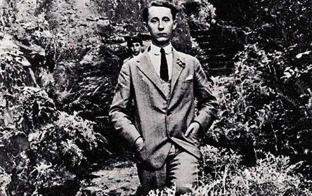 Будущий кутюрье проводил время в музеях, учился музыкальной композиции и истории живописи. В 1928 году Кристиан вместе с другом Жаном Бонжаком открыл художественную галерею.
