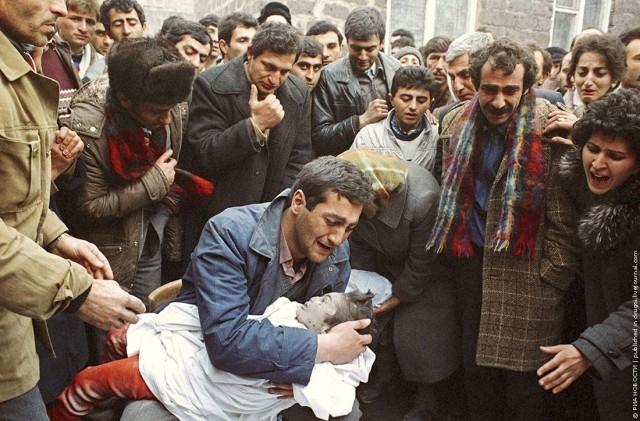 В это же время многие из пострадавших были озабочены похоронами своих близких. На помощь им пришли Советской Армии.