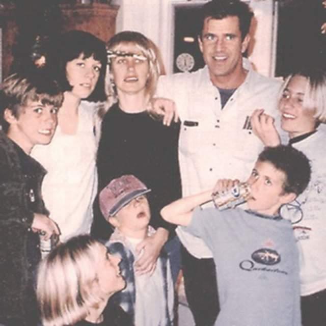 Мел Гибсон с женой и детьми.