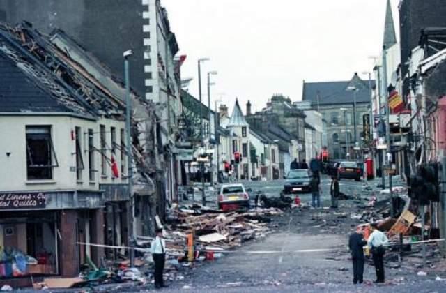 Этот теракт в августе 1998 года произвела террористическая организация Подлинная Ирландская республиканская армия. В результате погибли 29 человек, более 220 были ранены. Камеру с первым снимком нашли под завалами, а его герои чудом выжили.