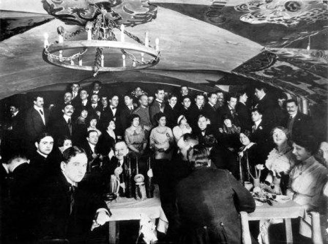 """В Санкт-Петербурге с 1911 по 1915 год действовало кабаре """"Бродячая собака"""", в котором устраивались театральные представления, лекции, поэтические и музыкальные вечера."""