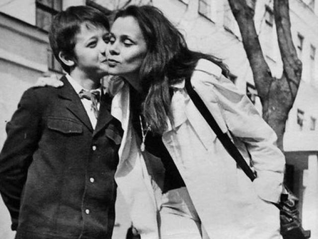 Первые годы жизни в столице Любови Полищук дались нелегко. Она ютилась вместе с маленьким сыном Лешей в съемном жилье и спала с ним на одном матрасе.