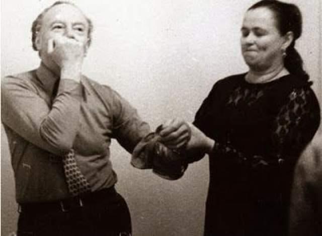 """Никаких убедительных доказательств первого нет, хотя кое-кто из бывших сотрудников советских НИИ уверяет, что при демонстрации """"сверхъестественных"""" способностей Кулагина использовала различные трюки и ловкость рук, о чем было известно расследовавшим ее деятельность экспертам КГБ. На фото: Нинель Кулагина и Иннокентий Смоктуновский"""