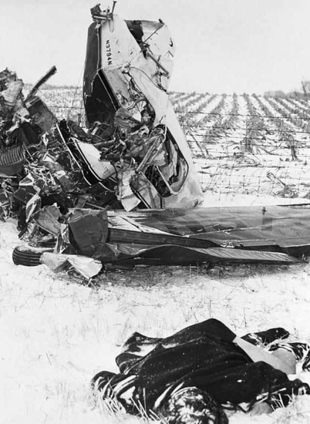 Тела Холли и Валенса лежали возле самолёта, Ричардсон перелетел через забор, на соседнее поле, а Питерсон остался внутри.