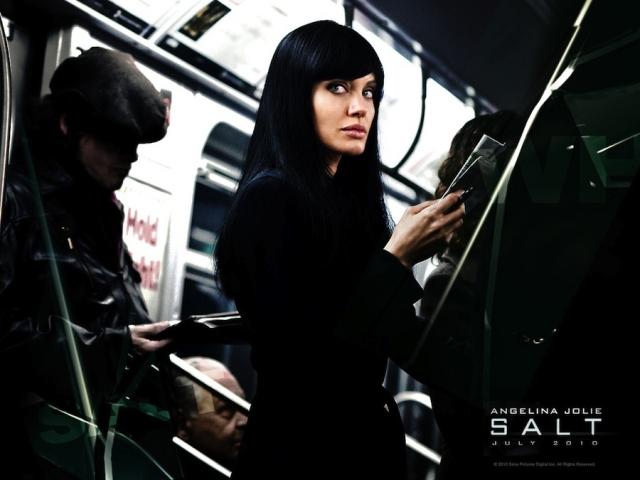 """""""Солт"""", 2010 г. Фильм собрал свыше $293-х млн при бюджете в $110 млн. Агент ЦРУ Эвелин Солт, роль которой исполнила обворожительная Анджелина Джоли, ведет двойную игру и на самом деле является сотрудником КГБ Наташей Ченковой."""