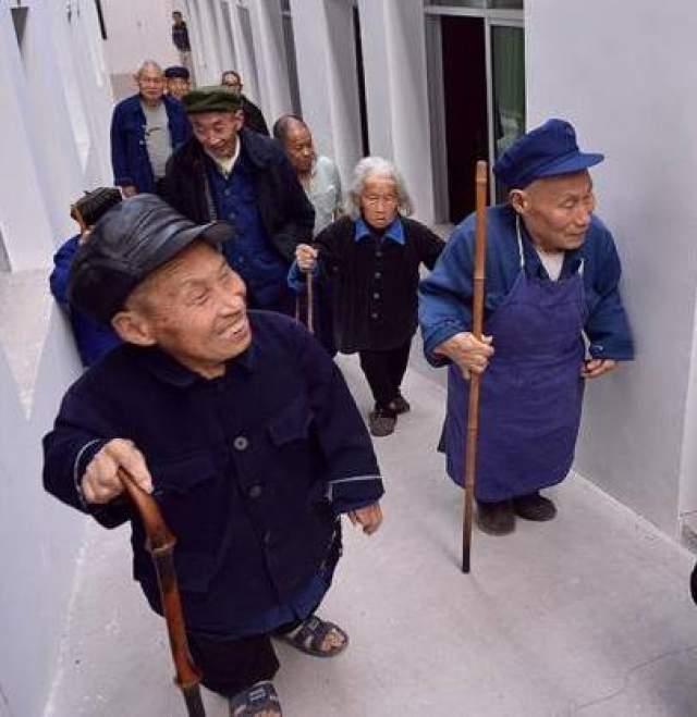 Китайское правительство никогда не допускало визитеров в деревню, тем самым давая жизнь множеств слухов и догадок. Местные жители чувствовали, будто темные силы вторглись в их дома и начали верить в то, что были прокляты своими предкам из-за неправильных захоронений.