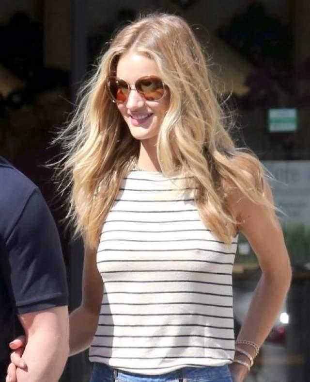 Роза Хантингтон-Уайтли Модель и актриса регулярно не любит носить бюстгальтеры. Действительно, зачем они ей?