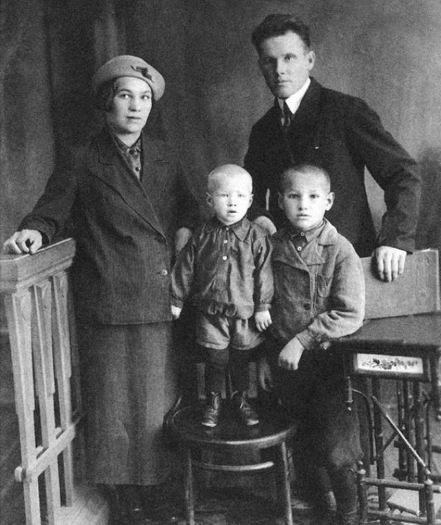 Во время репрессий 30-х годов дед Ельцина был раскулачен и сослан в 1931, дядя был арестован в 1935, а отец - арестовывался в 1937 и несколько месяцев провел в тюрьме.