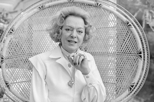 Первая операция из всей серии и курс гормональной терапии были проведены в Дании. Вернувшись в Нью-Йорк, она не постеснялась публично заявить о своих изменениях. Ее историю опубликовали в Дейли ньюз. О ней писали больше, чем о Мэрилин Монро и Эйзенхауэре.