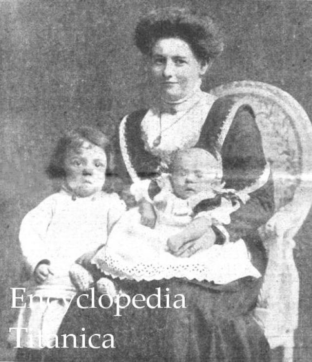 Эмили Ричардс плыла вместе с двумя маленькими сыновьями, мамой, братом и сестрой к своему мужу. В момент катастрофы женщина спала в каюте вместе со своими детьми. Разбудили их крики матери, вбежавшей в каюту после столкновения.
