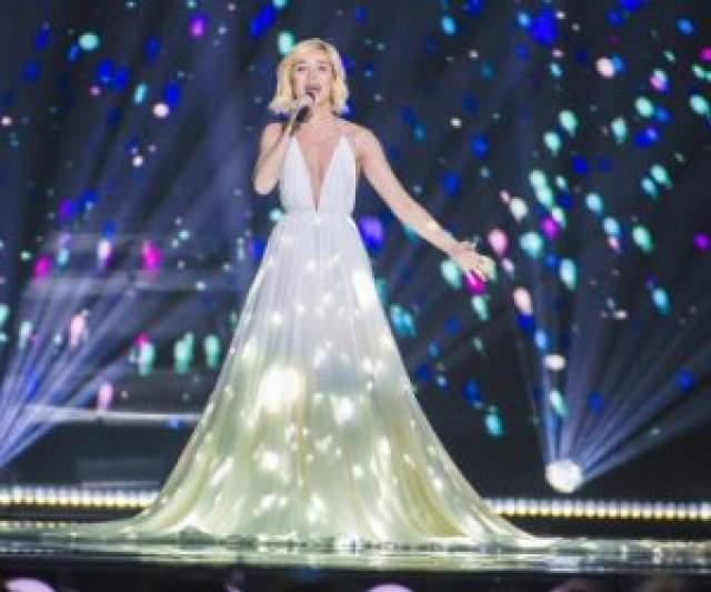 """В 2013 Полина была признана """"Лучшей певицей"""",""""лучшей исполнительницей"""", победила в номинации """"Прорыв года"""",""""Певица года. Уже в 2015 Гагарина представляла Россию на конкурсе Евровидение, где она заняла второе место с песней """"A Million Voices"""""""