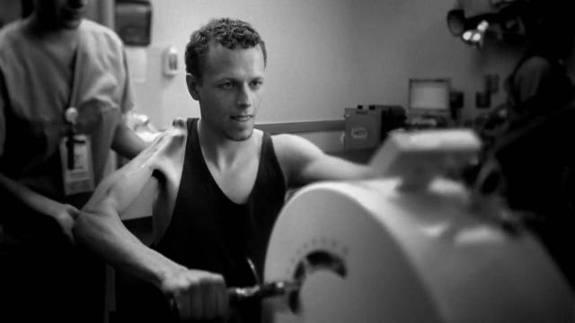 """Но велогонщик все же победил и после пережитого создал """"Фонд Лэнса Армстронга"""" для помощи больным раком и решил пропагандировать борьбу с этой болезнью, вновь сев на велосипед."""