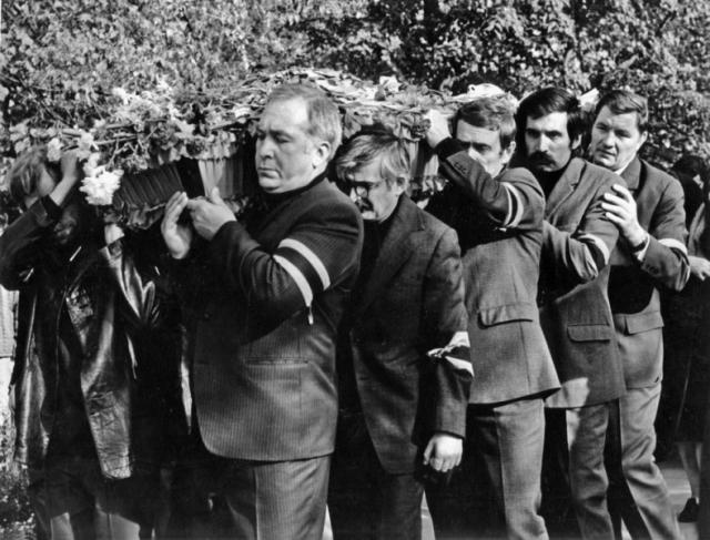 В день похорон Бондарчук лично отправился в Моссовет и стал требовать, чтобы Шукшина похоронили на Новодевичьем кладбище. Дело тогда дошло до самого Председателя Совета Министров СССР А. Косыгина. В конце концов вопрос решился положительно.