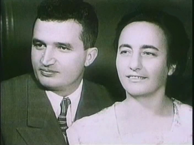 Во время военного парада Николае Чаушеску познакомился с молодой коммунисткой-подпольщицей Еленой Петреску, родившейся в 1919 году в семье фермера и начавшей свою трудовую деятельность на текстильной фабрике.