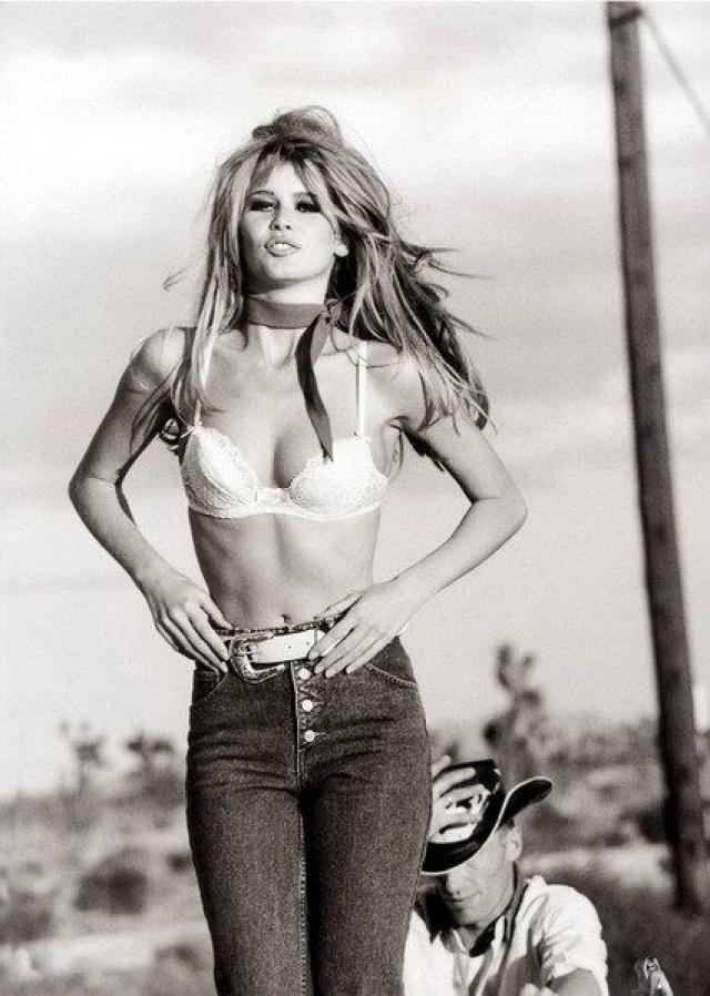 С начала 80-х подобрать подходящий бюстгальтер стало гораздо проще, когда знаменитые дома моды Жана-Поля Готье, Ива Сен-Лорана, Гуччи, Версаче запустили в производство собственные линии нижнего белья. На фото - супермодель Клаудиа Шиффер .