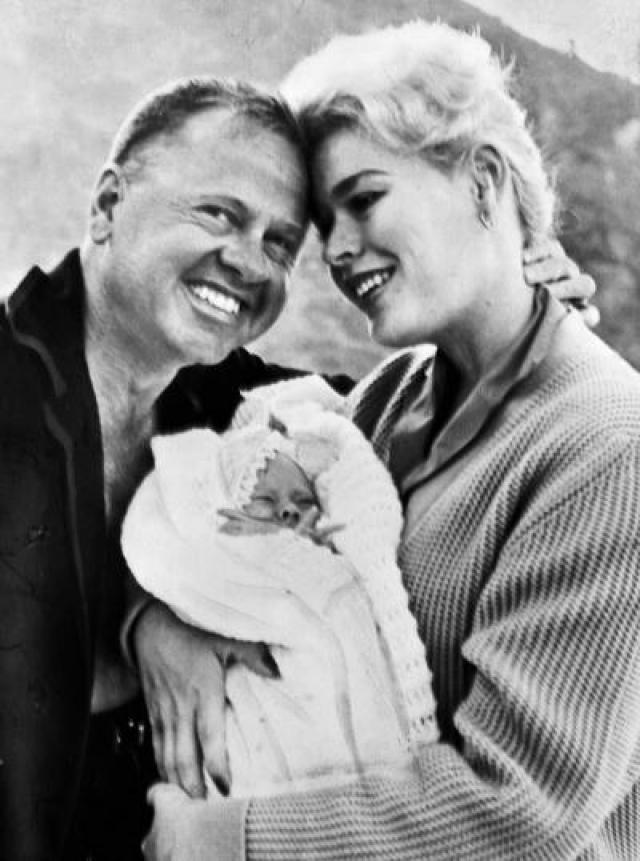 Убийцей девушки оказался ее любовник - известный югославский актер Милош Милошевич, дублер Алена Делона. После убийства Митчелл он застрелился из того же пистолета.